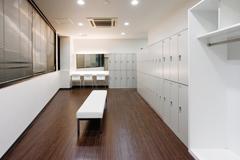 清潔なシャワー・ロッカー完備のスタジオ